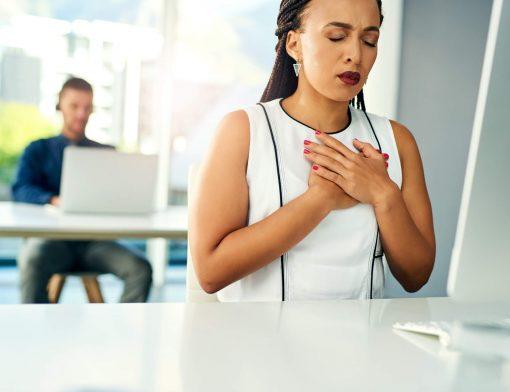 dor no peito: mulher executiva sentindo dores no peito.